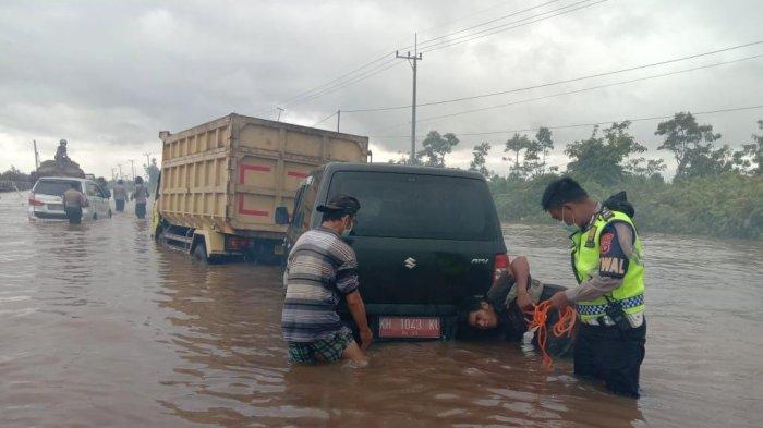 Sungai Kahayan Meluap, Jalur Palangkaraya-Buntok Ditutup, Banyak Mobil & Truk Terjebak Banjir