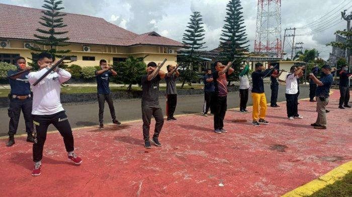 Binmas Kapuas Kalteng Latih Satpam Gunakan Tongkat dan Borgol Polri