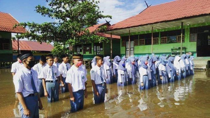 Meski Banjir, Siswa di Katingan Ini Semangat Ikut Upacara HUT ke-75 RI