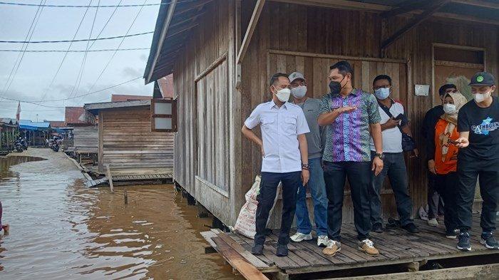 Fairid Naparin Salurkan Bantuan Bagi Korban Banjir di Marang, Pahandut, dan Kameloh Baru