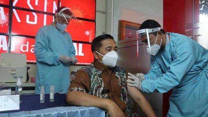 Wali Kota Banjarmasin, H Ibnu Sina saat disuntik vaksin Covid-19.