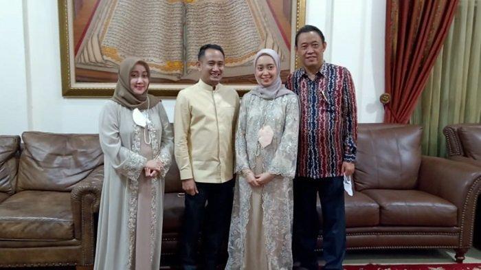 Wali Kota Palangkaraya Fairid Naparin dan calon mempelai istri bersama kedua orangtua calon istri, Ahmadi Noor Supit dan Hj Dewi Damayanti Said.
