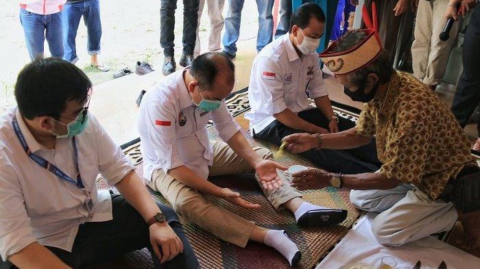 Bentuk Penghormatan, Warga Bukit Rawi Sambut Ben Bahat dengan Tradisi Tampung Tawar