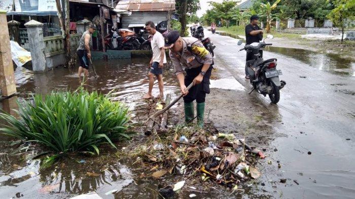 Hujan Lebat Guyur Palangkaraya Warga dan Polisi Gotong royong Bersihkan Selokan