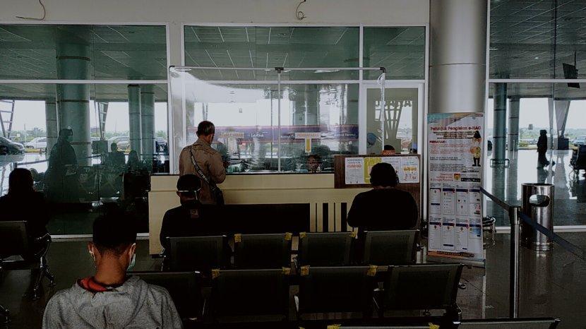 penumpang-bandara-tjilik-riwut-palangkaraya-kalteng-antre-pemeriksaan-rapid-tes-antigen.jpg