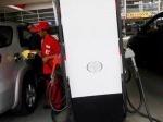 Petugas-mengisi-bahan-bakar-minyak-BBM-subsidi.jpg