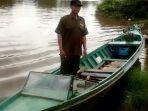 anggota-tim-dari-bksda-kalsel-memantau-sungai-anjir-muara-km-25-kabupaten-batola_20180801_220024.jpg