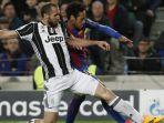 bek-juventus-giorgio-chiellini-kiri-berduel-berebut-bola-dengan-striker-fc-barcelona-neymar_20171205_055837.jpg