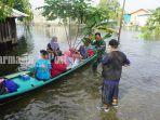 evakuasi-warga-terdamoak-banjir-di-desa-tabing-rimbah-safsadf.jpg