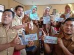 foto-enam-orang-yang-diduga-asn-di-provinsi-banten-memegang-stiker-prabowo.jpg