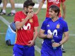 gerard-pique-berbicara-dengan-pelatih-julen-loptegui-saat-timnas-spanyol_20170609_054222.jpg