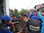 gubernur-dki-jakarta-anies-baswedan-terjun-ke-lokasi-banjir-di-kelurahan-makassar.jpg