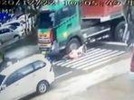 kecelakaan-antara-pengendara-dan-truk-kontain-asdfasdf.jpg