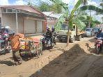 kerusakan-jalan-kalsel-pohon-pisang-ditanami-di-kawasan-jalan-rusak-12233.jpg