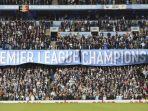 para-fan-manchester-city-membentangkan-spanduk-juara-pada-laga-inggris-kontra-swansea_20180423_044633.jpg