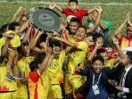 para-pemain-bhayangkara-fc-mengangkat-trofi-juara-liga-1-musim-2017_20171114_063942.jpg