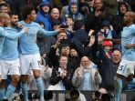 para-pemain-manchester-city-merayakan-gol-sergio-aguero-burnley_20171107_063936.jpg