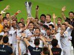 para-pemain-sevilla-merayakan-dengan-trofi-setelah-memenangkan-pertandingan-final.jpg