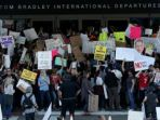 para-pengunjuk-rasa-menggelar-aksi-di-depan-bandar-udara-internasional-los-angeles_20170205_142926.jpg