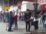 para-penumpang-memadati-terminal-1a-bandara-soekarno-hatta_20150729_091527.jpg