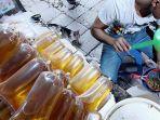 pedagang-mengemas-minyak-goreng-curah-di-sebuah-kios-di-jakarta-selatan_20170329_202732.jpg
