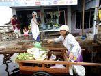 pedagang-sayur-jualan-keliling-terobos-banjir-di-jalan-anoi-palangkaraya-kalteng.jpg