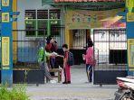 pelajar-di-sampit-kabupaten-kotim-kalteng-belajar-tatap-muka-namun-dengan-protokol-kesehatan-ketat.jpg