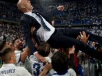 pelatih-real-madrid-zinedine-zidane-diangkat-ke-udara-oleh-pemain-setelah-cristiano-ronaldo_20171024_050909.jpg
