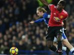 pemain-manchester-united-paul-pogba-gelandang-everton-tom-davies_20180102_050657.jpg