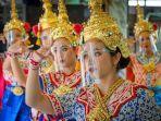 penari-tradisional-thailand-yang-mengenakan-pelindung-wajah-tampil.jpg