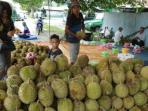 penjual-buah-durian-makin-banyak-di-palangkaraya_20160104_204244.jpg