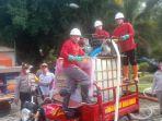 peserta-lomba-pemadaman-kebakaran-menggunakan-alat-pemadam-portable-yang-digelar-polda-kalteng.jpg