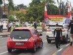 petugas-mencegat-pengemudi-dan-pengendara-untuk-mengikuti-rapid-tes-drive-thru.jpg