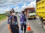 petugas-pos-libas-di-perbatasan-palangkaraya-periksa-pengendara-kamis-1672020.jpg