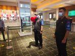 petugas-satgas-covid-19-duta-mall-banjarmasin-sedang-berpatroli-sasfasf.jpg