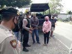 polisi-menghentikan-acara-kuda-lumping-di-jalan-mahir-mahar-kelurahan-kalampa.jpg