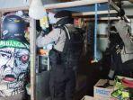 polisi-saat-memeriksa-warung-kaki-lima-di-jalan-bawian-palangkaraya-yan.jpg
