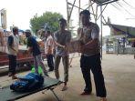 relawan-kalteng-saat-membantu-warga-dengan-membagikan-selimut-dan-bahan-makanan-lainnya_20180810_175543.jpg