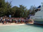 sebuah-kapal-pesiar-merapat-di-pantai-lombok_20180806_105154.jpg