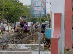 sejumlah-pekerja-saat-mengeruk-drainase-jalan-rajawali-palangkaraya-yang-mengalami-pendangkalan.jpg