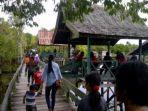 sejumlah-pengunjung-memadati-kawasan-wisata-danau-tahai-di-palangkaraya.jpg