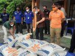 sekda-kapuas-dan-kepala-pelaksana-bpbd-kapuas-saat-berangkatkan-bantuan-korban-banjir.jpg