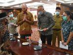 silaturahmi-duta-besar-belanda-untuk-indonesia-lambert-grijns-dengan-keluarga-korban.jpg