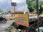 spanduk-pengumuman-dilarangnya-truk-melintas-di-jalan-sungai-bamban122323.jpg
