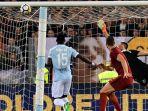 striker-as-roma-edin-dzeko-tengah-melihat-bola-hasil-tandukannya_20180416_045247.jpg