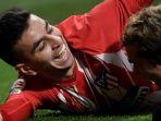 striker-atletico-madrid-angel-correa-kiri-merayakan-golnya-bersama-antoine-griezmann_20180205_045919.jpg