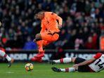 striker-liverpool-fc-roberto-firmino-tengah-melompat_20180212_061850.jpg