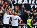 striker-valencia-maxi-gomez-merayakan-golnya-ke-gawang-barcelona-bersama-francis.jpg