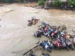 tribun-kalteng-banjir-bandang-sman-2-bogor_20170227_213534.jpg