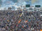 tribun-kalteng-demonstrasi-di-venezuela_20170513_103649.jpg